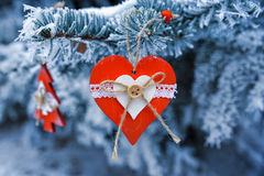 木圣诞节在一棵美丽的多雪的杉树戏弄在冬天 免版税库存图片