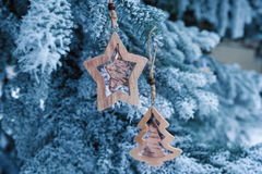 木圣诞节在一棵美丽的多雪的杉树戏弄在冬天 库存照片