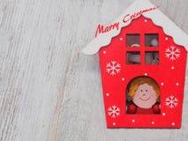 木圣诞节装饰-在木背景圣诞节房子和星 库存照片