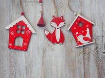 木圣诞节装饰-在木背景圣诞节房子和星 免版税库存图片
