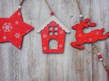 木圣诞节装饰-在木背景圣诞节房子和星 免版税库存照片