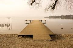 木在冬天季节期间的船坞正面图 库存图片