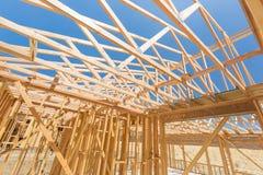 木在建造场所的家构筑的摘要 免版税图库摄影