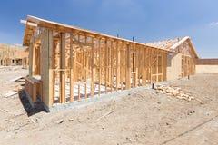 木在建造场所的家构筑的摘要 免版税库存图片