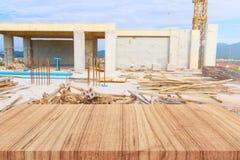 木在建造场所背景之外的架子空和被弄脏的建筑结构 对于展示促进产品模板概念 图库摄影