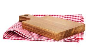 木在被隔绝的红色野餐布料的厨房空的板 免版税库存照片