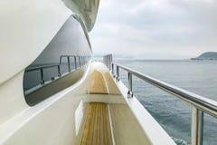 木在高处和与反射的玻璃在白色豪华游艇 免版税库存图片