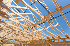 木在建造场所的家构筑的摘要 免版税库存照片