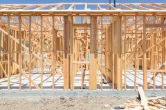 木在建造场所的家构筑的摘要 图库摄影