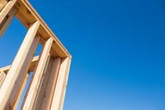 木在建造场所的家构筑的摘要 库存图片
