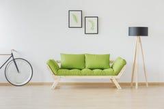 木地板、长沙发和灯 图库摄影