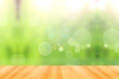 木地板和抽象绿色bokeh背景 库存图片