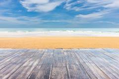 木地板有海滩和海背景 免版税库存照片