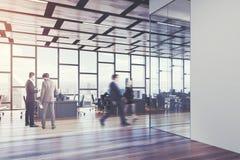 木地板露天场所办公室,人们 免版税库存图片