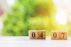 木块形状在白色桌上的第04和07 免版税库存照片