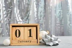 木块日历和装饰在桌上 christmas countdown 免版税库存图片