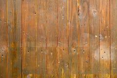 木垂直的棕色板条 背景上水平的节疤松木纹理 免版税图库摄影