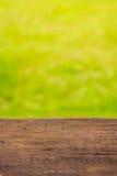 木垂直被采取的地板和绿色背景 免版税库存图片
