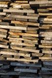 木堆整洁地被堆积的木柴和委员会干燥火的 免版税库存图片