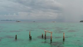 木堆鸟瞰图在海水的与小船和天空在背景中 股票视频