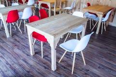 木塑料桌和的椅子 免版税库存照片