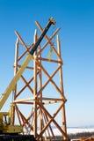 木塔的建筑使用一台移动式起重机的 库存图片