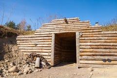 木墙壁和门户开放主义传统地下蒸汽浴 免版税库存照片