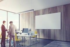 木墙壁开放办公室内部,海报,人 免版税库存照片