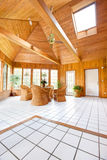 木墙壁日光室内部 免版税库存照片
