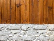 木墙壁有石墙背景 背景纹理或室内设计元素的混杂的种类木头和石墙样式 免版税库存照片