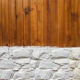 木墙壁有石墙背景 背景纹理或室内设计元素的混杂的种类木头和石墙样式 免版税图库摄影