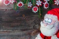 木墙壁的背景的哀伤的圣诞老人 免版税图库摄影
