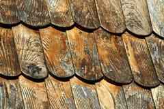 木墙板屋顶细节有钢驱动的拧紧 免版税图库摄影