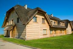 木大房子屋顶的秸杆 免版税图库摄影