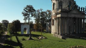 木天主教的十字架和废墟与石雕象的 股票录像