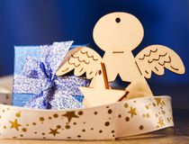 木天使、星、丝带和圣诞节礼物在木背景 图库摄影