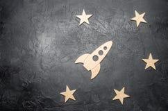 木太空火箭和星在黑暗的背景 太空旅行的概念,行星的研究和星 教育 免版税库存图片