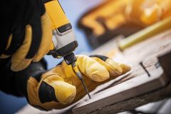 木头和钻子司机工作 免版税库存图片