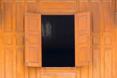 木头开窗口和木头围住泰国样式房子 免版税库存图片