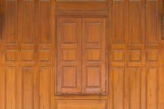 木头接近的窗口和木头围住泰国样式房子 图库摄影