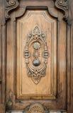 木头的老门与模式的雕刻了对此。 免版税库存图片