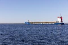 木头运输的充分地被装载的船被送到Balti 免版税库存照片