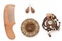 木套镜子、项链、耳环和梳子 库存照片