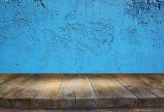 木委员会和蓝色黑暗的背景 免版税库存图片