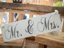 木婚礼装饰说先生&夫人在婚礼地点 免版税库存图片