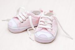 木婴孩楼层girlie小的鞋子 库存照片