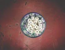 木字母表在金属表面上的一个玻璃瓶子成串珠状 库存图片