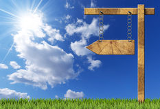 木定向标志-与链子的一个箭头 免版税库存照片
