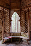 木客舱在森林 库存图片