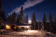 木客舱在Heia附近的森林,Geitfjellet,挪威北部 美好的晚上冬天 免版税库存图片